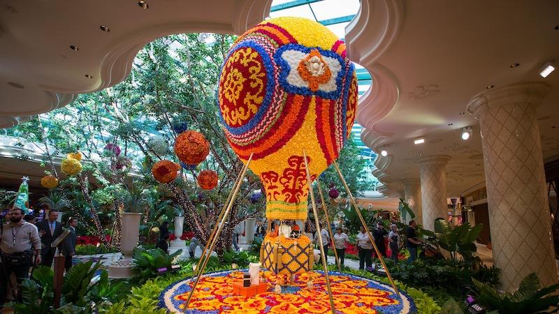 Wynn social new floral sculptures unveiled at wynn for Wynn hotel decor